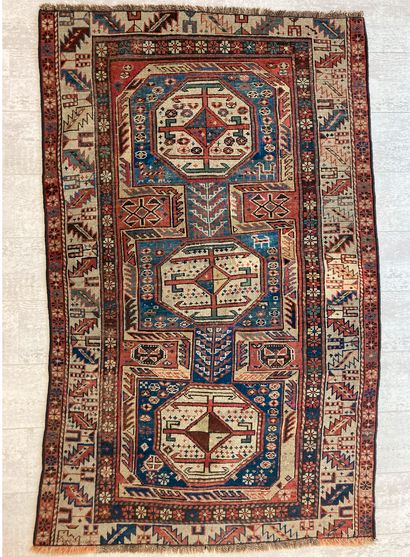 Tapis kazak en laine orné de trois médaillons...