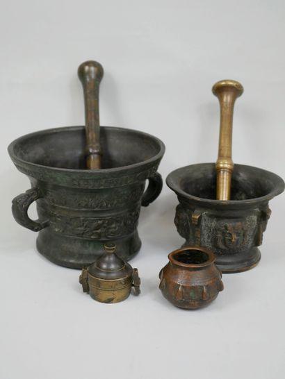 Lot de deux mortiers en bronze l'un à décors...