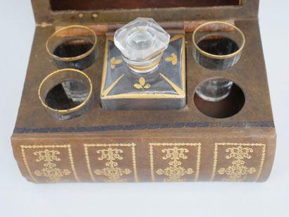 lot : Livre trompe l'œil dissimulant une cave à liqueur, service à caviar en métal...