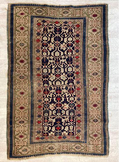 Tapis kazak en laine à décor floral stylisé...