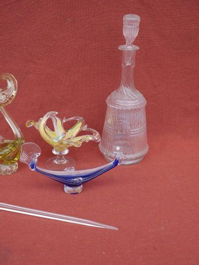 Lot de verreries comprenant des cygnes de différentes taille en verre murano coloré,...
