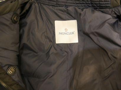 MONCLER. Doudoune imperméable bleu marine à liseret noir. Taille 38/40. (Etat d...