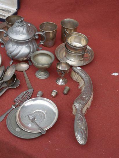 Lot d'argent, métal argenté et étain comprenant une partie de service de table,...