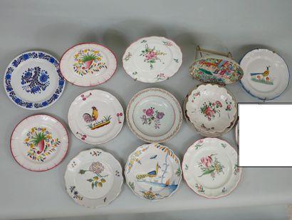 Lot d'assiettes en faience et porcelaine...