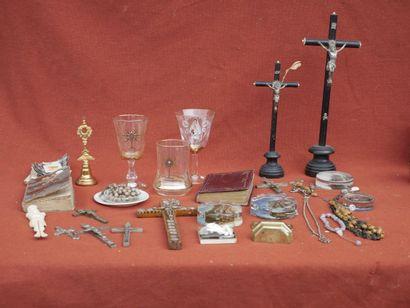 Lot de bondieuseries dont crucifix en bois...