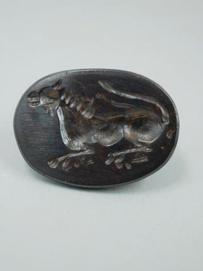 Grand sceau orné d'un lion couché. Hématite....
