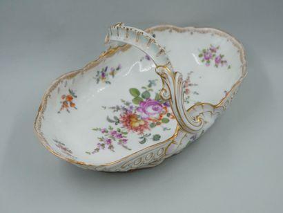 MEISSEN. Panier en porcelaine à décors polychromes...
