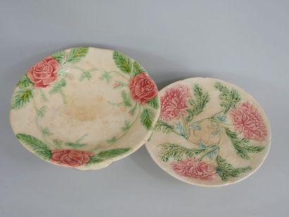 Deux présentoirs à gâteau en barbotine à décor de roses et de dahlias. Diam 23cm...