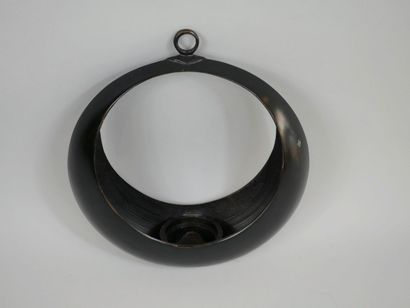 JAPON. XIXè siècle. Vase suspendu de forme circulaire en bronze à patine brune....