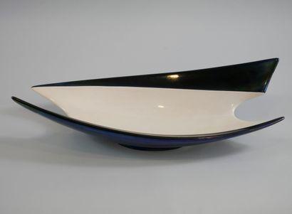 Une large coupe à fruits, émaillée bleu irisé et blanc nacré. 14 x 51 x 21 cm.
