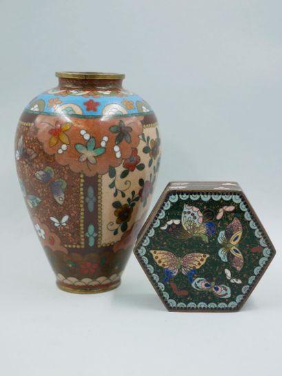 CHINE. Vase en bronze cloisonné et émaux...