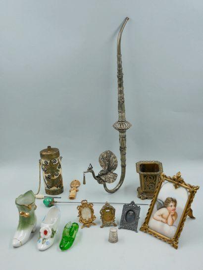 Lot d'objet divers dont deux souliers miniatures...