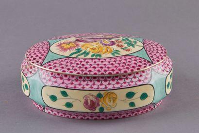 LIMOGES. Bonbonnière ovale en porcelaine...