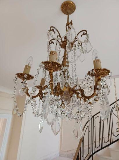Lustre de style Louis XV en bronze à quatre bras de lumière et pampilles de cristal....