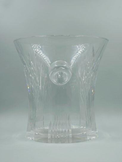 Seau à bouteille en cristal à décor gravé de feuilles de palmiers. Haut : 23 cm,...
