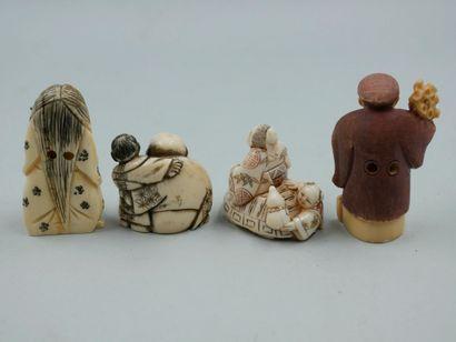 Lot de quatre Netsuké en ivoire gravé polychrome...