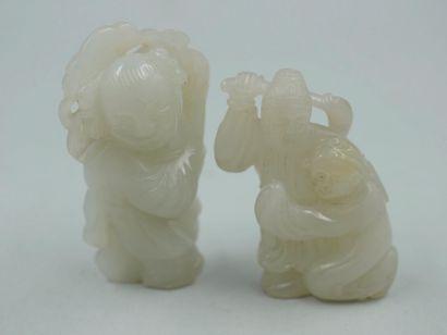 Deux netsuké en jade sculpté représentant...