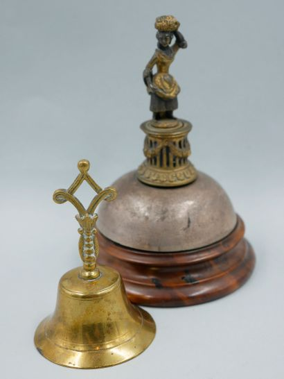 Deux sonnettes, l'une de table en métal doré...