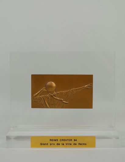 ARTHUS-BERTRAND Paris. Plaque en bronze doré...