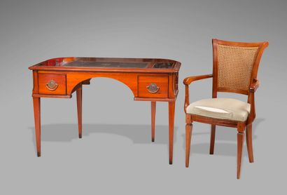 Bureau plat de milieu en bois de placage et filets marquetés, ouvrant à deux tiroirs,...