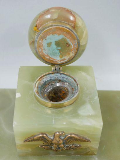 Lot de métal argenté et divers comprenant une partie de nécessaire à écrire en onyx...