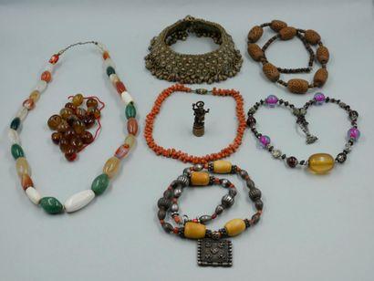 Lot de bijoux ethniques comprenant cinq colliers,...