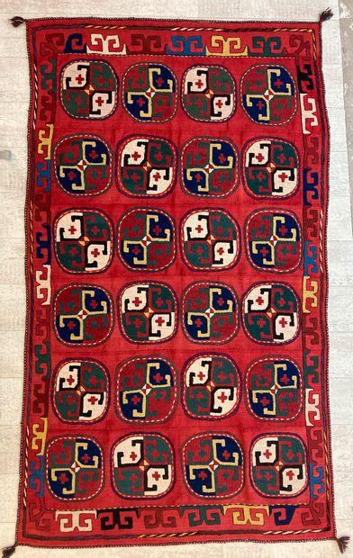 Tapis ouzbek en laine à décor de médaillons...