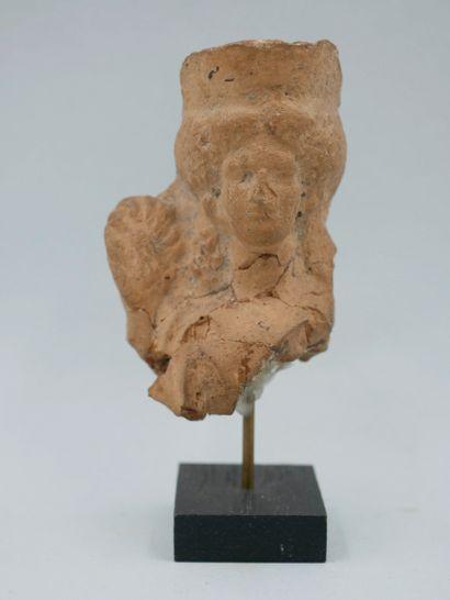 Buste de la Déesse Korée  tenant une palme.Terre...