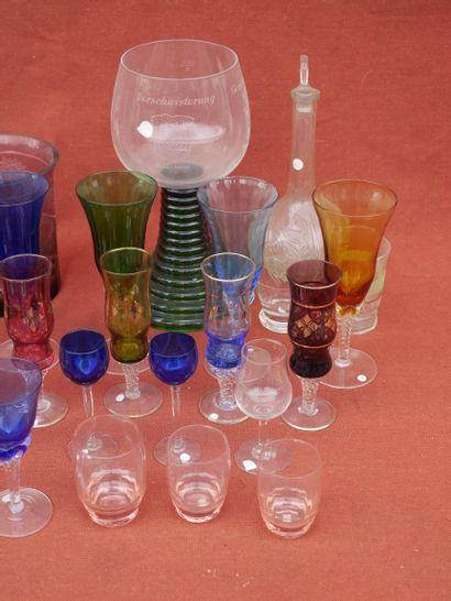 Lot de verrerie en verre et cristal coloré, dont verres à eau, verres à vins et...