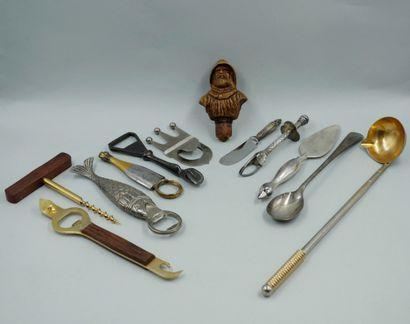 Lot en métal d'ustensiles de cuisine comprenant...