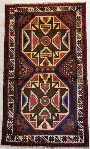 IRAN. Tapis balouch en laine orné de deux...