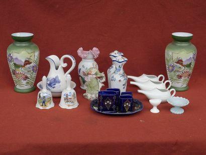 Lot de céramiques, comprenant vases balustres en porcelaine à décor émaillé de paysages,...