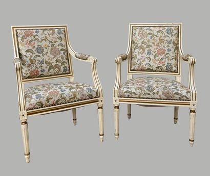 Paire de fauteuils laqués crème rechampi...
