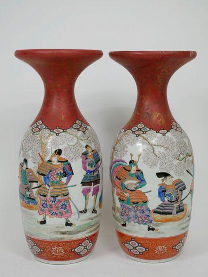 Paire de vases en faïence dans le goût de...