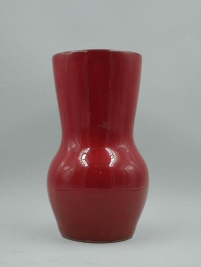 Vase en céramique émaillée rouge, monogrammée...