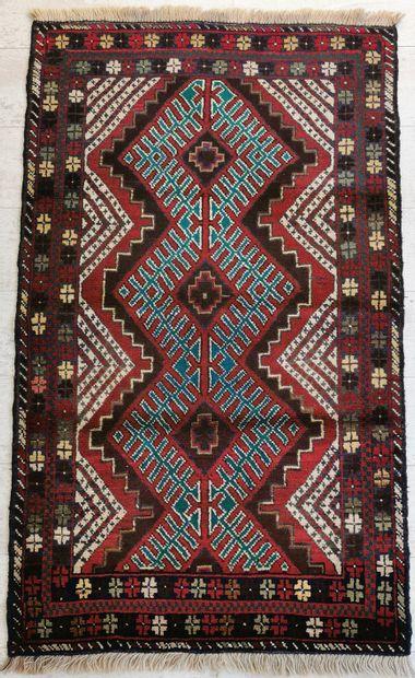 IRAN. Tapis balouch en laine orné d'un motif...