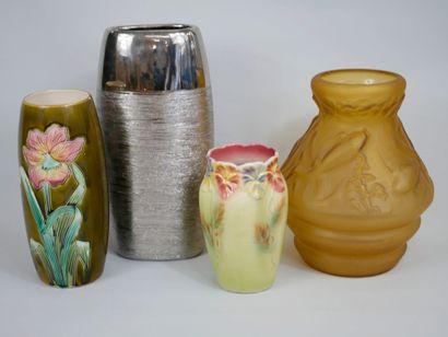 Lot comprenant quatre vases dont un en pâte de verre moulé, deux en barbotine et...