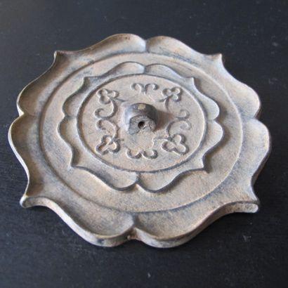 Miroir quadrilobé à la fleur de lotus stylisée....