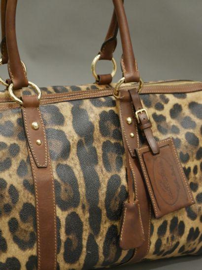 DOLCE GABBANA. Sac de voyage en cuir à motif léopard. Fermeture zip. Doubles anses...