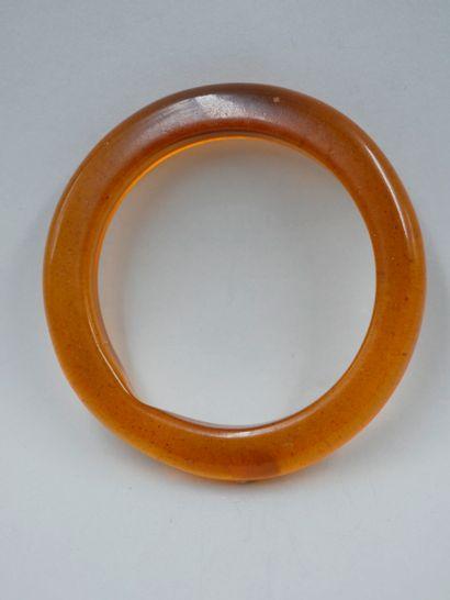 Rare bracelet ambre ou matière de même composition....