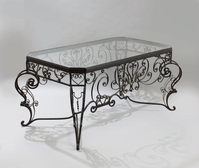 Table basse en fer forgé et laqué noir, la...