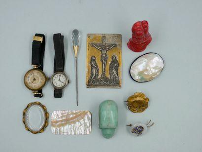 Lot de bijoux fantaisie comprenant deux montres-bracelets...
