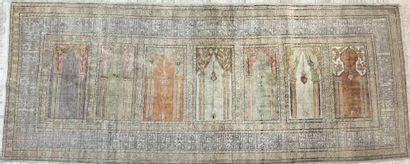 Tapis de galerie en laine et soie à décor...