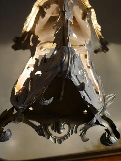 Lanterne de section triangulaire en tôle découpée et dorée en forme de rocaille,...