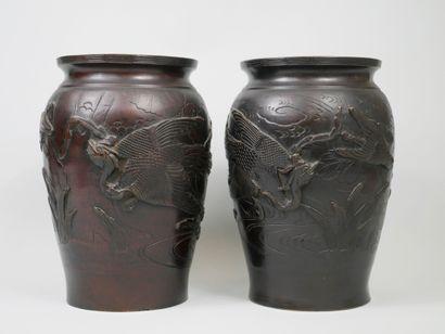JAPON XXè siècle. Paire de vases en bronze...