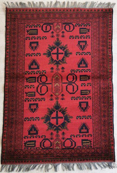 Tapis turkmène en laine à décor de croix...