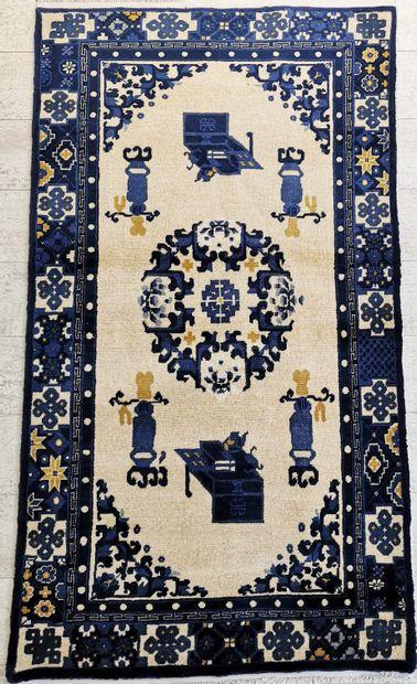 Deux tapis CHINE en laine ornés d'un médaillon...
