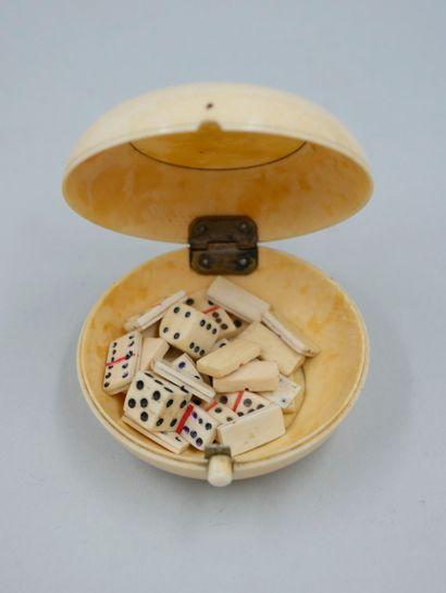 Boîte ronde en os contenant deux dés et des...