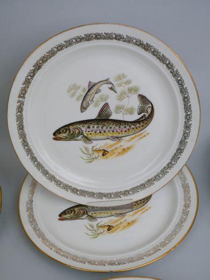 Suite de douze assiettes en porcelaine de Limoges à décor de poissons, l'aile ornée...