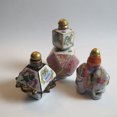 Trois flacons-tabatières en porcelaine et...